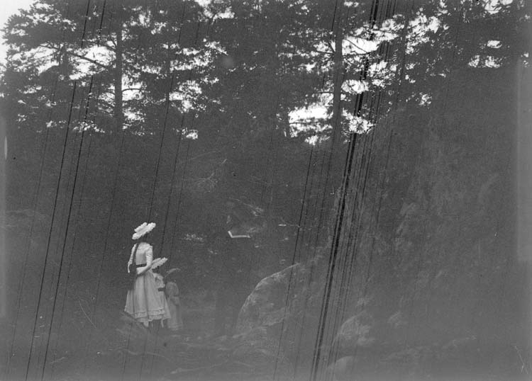 """Enligt text som medföljde bilden: """"Arkösund, Engelbert o. Julia 19/8 1900. Dålig""""."""