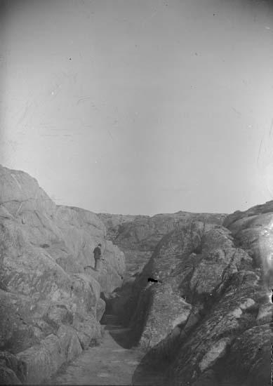 """Enligt text som medföljde bilden: """"Lysekils Stångehufud. Bergpasset vid Hästevik 1899""""."""