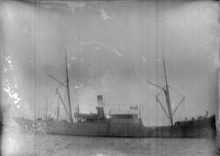 """Enligt text som medföljde bilden: """"Lysekil. Ångaren Wirgo på Gamla Hamnen 1898""""."""