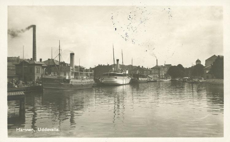 """Tryckt text på vykortets framsida: """"Hamnen, Uddevalla."""" ::"""