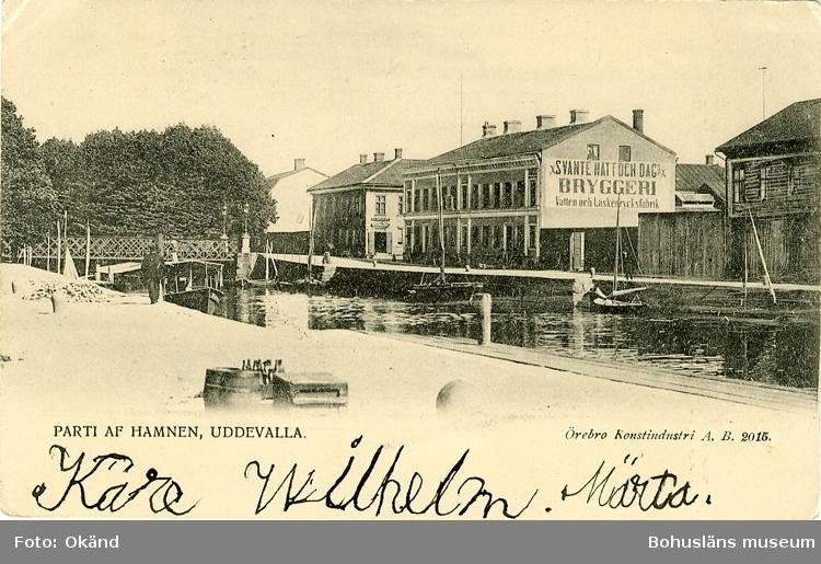 "Tryckt text på vykortets framsida: ""Parti af Hamnen, Uddevalla.""  ::"