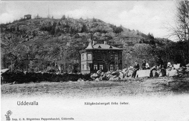 """Tryckt text på vykortets framsida: """"Uddevalla Kålgårdsberget från öster."""""""