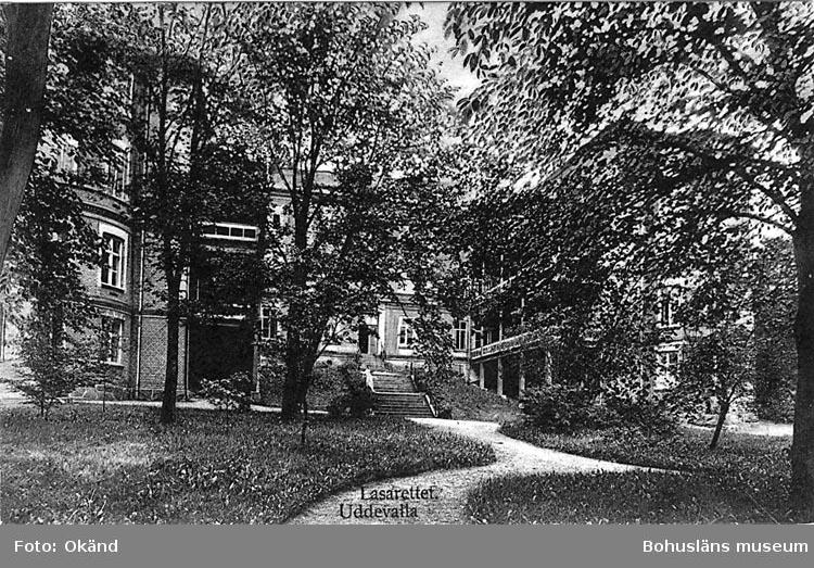 """Tryckt text på vykortets framsida: """"Uddevalla. Lasarettet"""".   ::"""