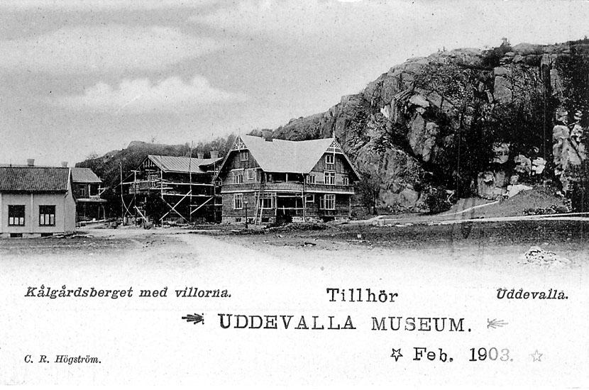 """Tryckt text på vykortets framsida: """"Kålgårdsberget med villorna Uddevalla""""."""
