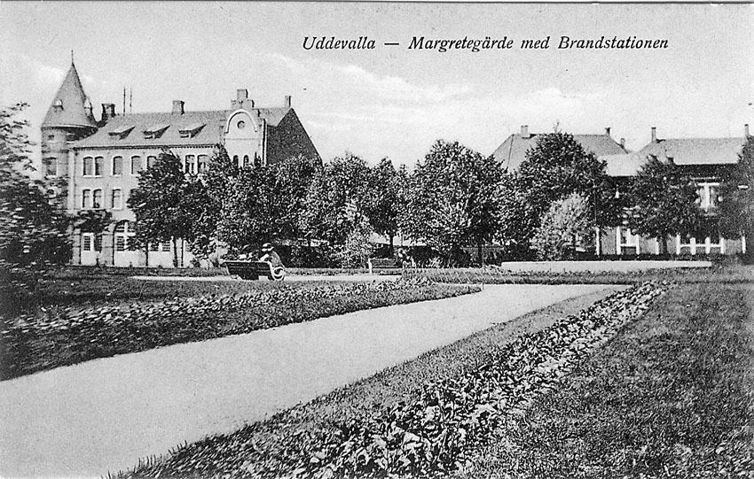 """Tryckt text på vykortets framsida: """"Uddevalla. Margretegärde med Brandstationen""""."""