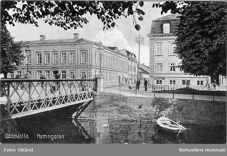 """Tryckt text på vykortets framsida: """"Uddevalla Hamngatan"""".  ::"""