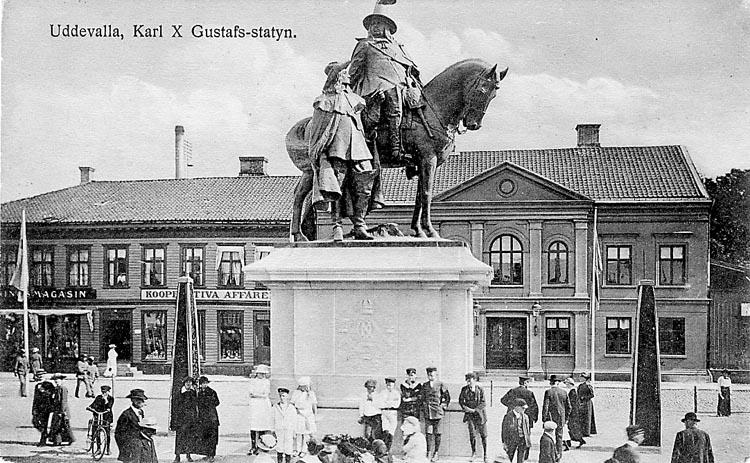 """Tryckt text på vykortets framsida: """"Kungstorget, Uddevalla"""".  ::"""