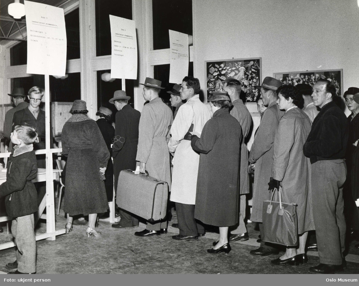 Lambertseter skole, interiør, valglokale, kø, menn, kvinner