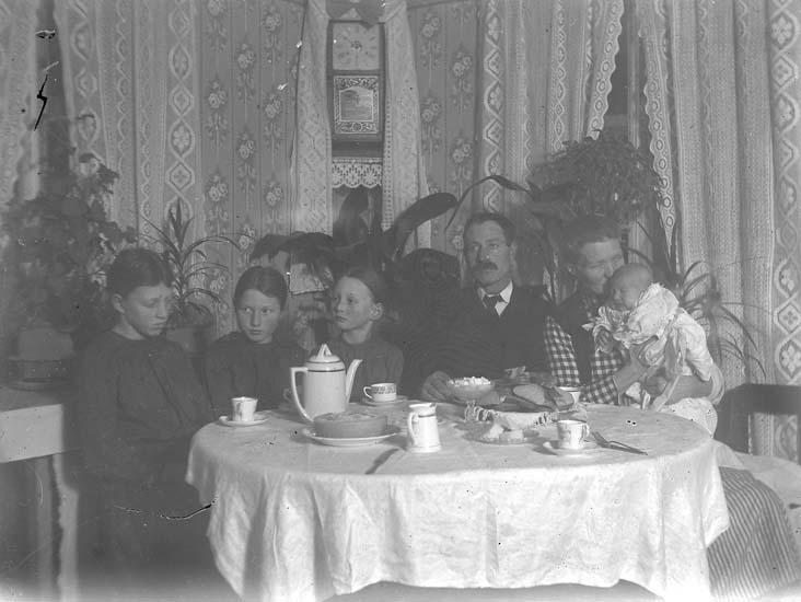 """Enligt notering: """"Äldre och små vid kaffebordet""""."""