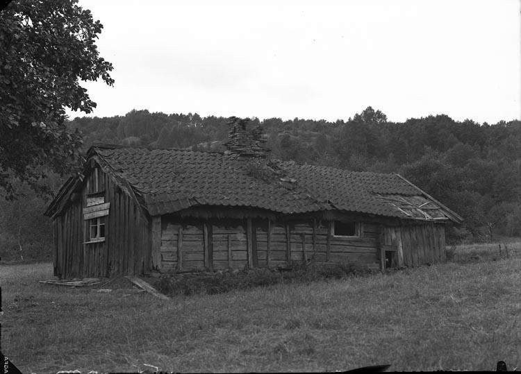 """Enligt fotografens noteringar: """"1937. 44. Gammal stuga i Foss socken."""""""