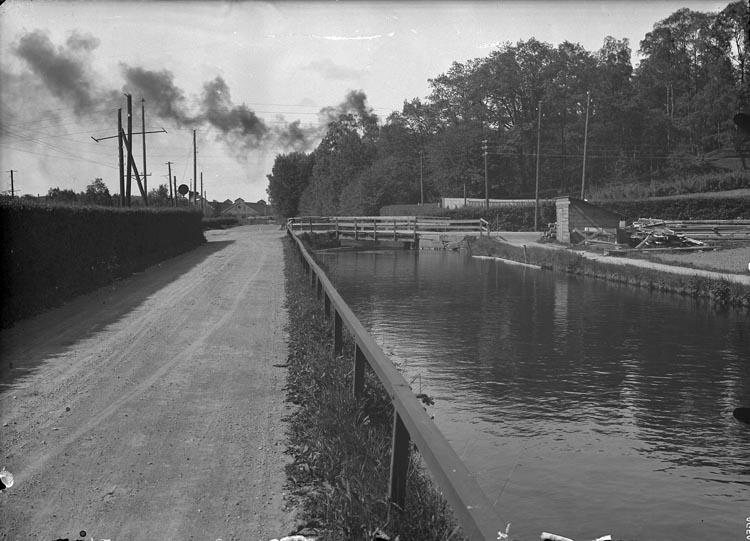 """Enligt fotografens anteckningar: """"Taget omkring år 1940. Pumpbron, Munkedal. Troligen bron som Olle Sahlberg byggde""""."""