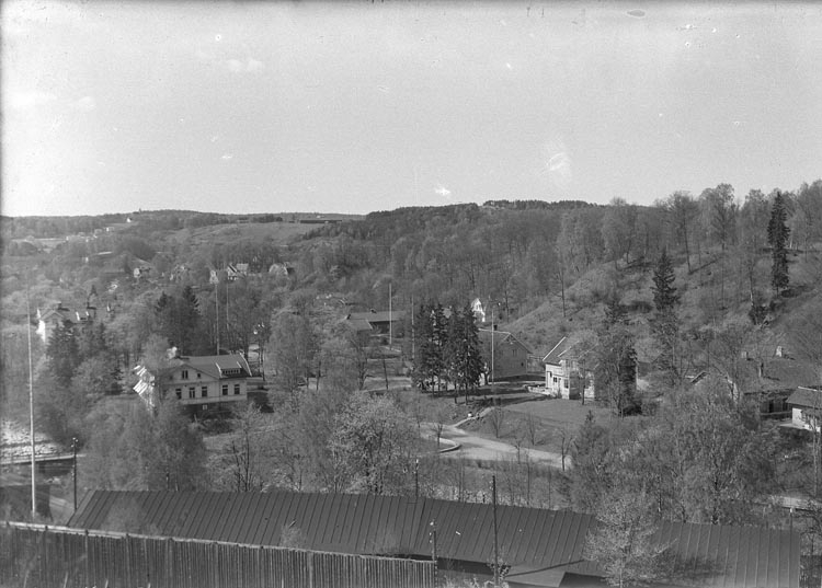 """Enligt fotografens anteckningar: """"1948, 16. Utsikt över fabrikssamhället från Fabriksgatan. 2 plåtar av denna""""."""