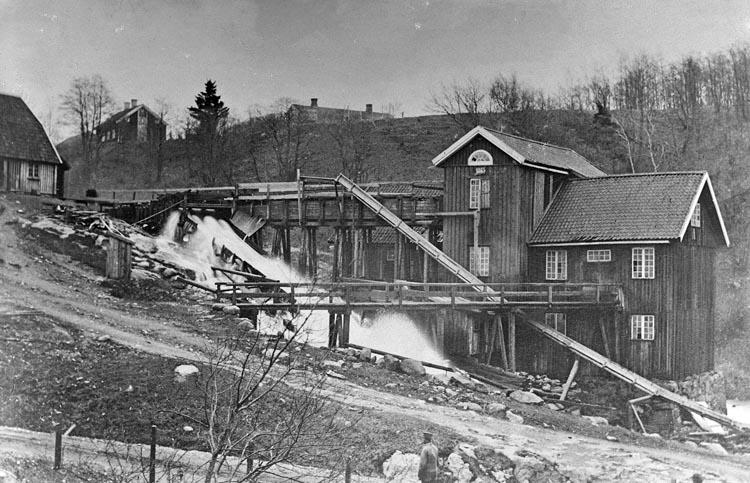 "Enligt fotografens noteringar: ""Gamla Smedbruket, Munkedal omk. 1870. -Troligen en såg-."""