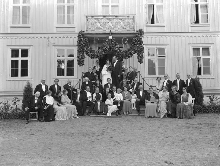 """Enligt fotografens noteringar: """"Brudpar Nyblom med bröllopsgäster på Saltkällan någon gång omkring 1920-30."""""""