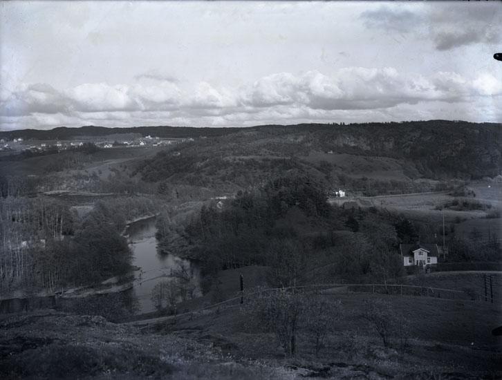 """""""1930. nr. 39. 3 sek. Örekilsälfven vid Munkedal. Stale i bakgrunden.""""   """"Huset till höger är Lindboms."""""""