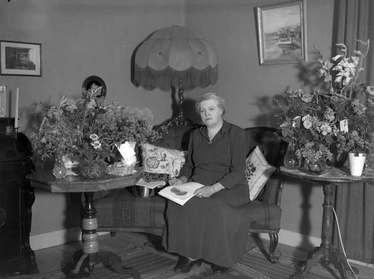 """Text som medföljde bilden: """"1955. No. Selma och Elin Sahlberg. Elin ensam med blomma på sin 70-årsdag. Selma 2 1/2 år äldre privat"""".  Uppgifter från Munkedals HBF: """"Elin drev ett hembageri""""."""