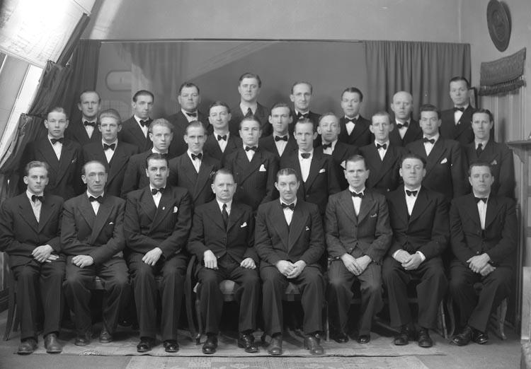 """Enligt fotografens noteringar: """"1945. 1. Manskören i Munkedal."""""""