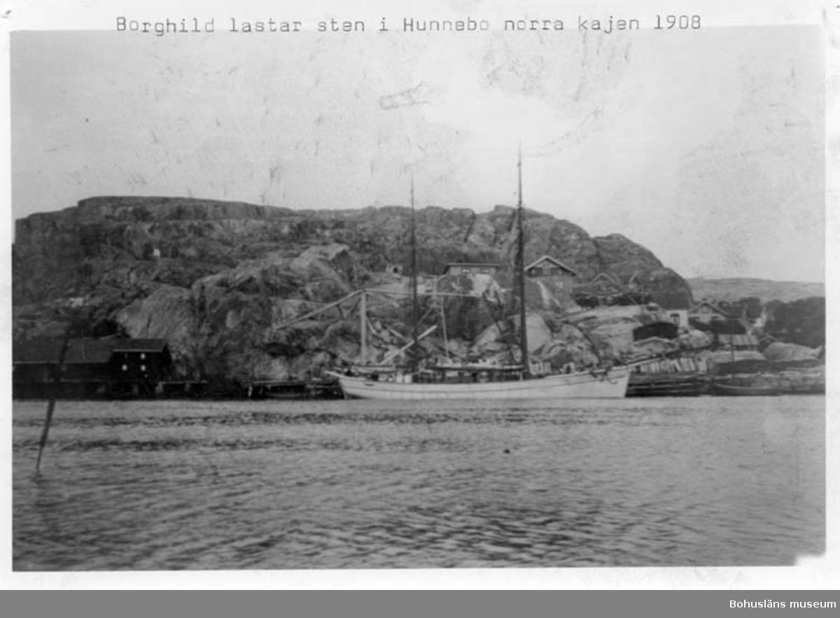 "Enligt text på fotot: ""Borghild lastar sten i Hunnebo norra kajen 1908""."