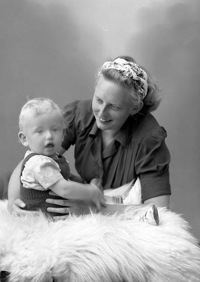"""Enligt fotografens journal nr 7 1944-1950: """"Lund, Fru Margareta Här""""."""