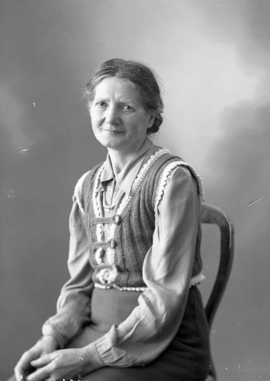 """Enligt fotografens journal nr 7 1944-1950: """"Johansson, Fru Augusta Varekil""""."""