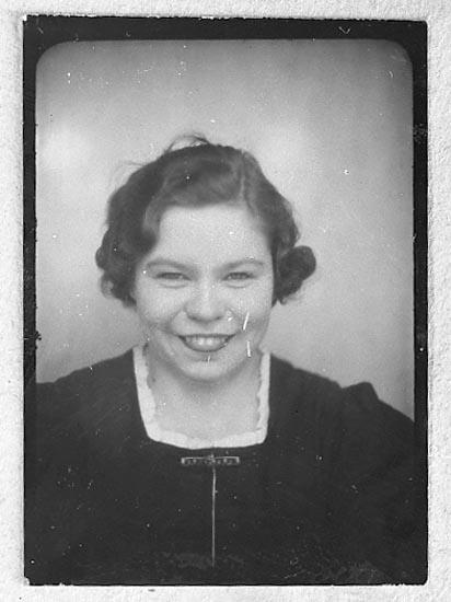 """Enligt fotografens journal nr 8 1951-1957: """"Öberg, Fr. Sonja Kyrkenorum Här kopia""""."""