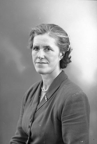 """Enligt fotografens journal nr 8 1951-1957: """"Karlsson, Fru Irma Röra Svanesund""""."""