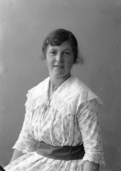 """Enligt fotografens journal nr 4 1918-1922: """"Bengtsson, Agnes Ön""""."""
