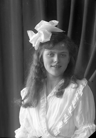 """Enligt fotografens journal nr 3 1916-1917: """"Månsson, Fr. Månsbo, Ön""""."""