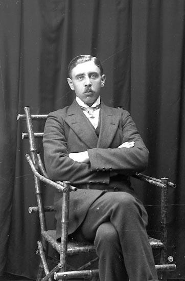 """Enligt fotografens journal Lyckorna 1909-1918: """"Johansson, Korpral Viktor 12 komp. Backamo""""."""