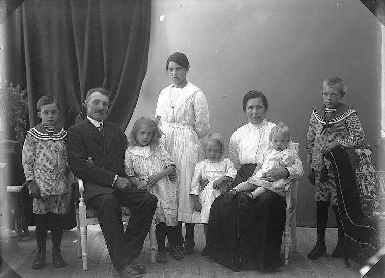 """Enligt fotografens journal nr 4 1918-1922: """"Pettersson, Albin Räfsal Hjälteby""""."""