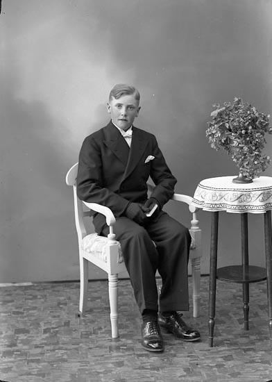 """Enligt fotografens journal nr 6 1930-1943: """"Olsson, Erik Strandnorum Stenungsund""""."""