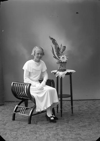 """Enligt fotografens journal nr 6 1930-1943: """"Stenborg, Ulla Stenungsund""""."""