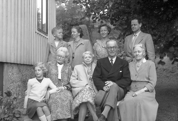 """Fotografens journal nr 8 1951-1957: """"Enander, Familjen med barn och barnbarn, Tjuvkil Lycke""""."""