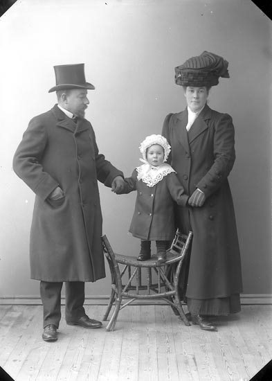 """Enligt fotografens journal nr 2 1909-1915: """"Fahl, Handl. A. Här""""."""