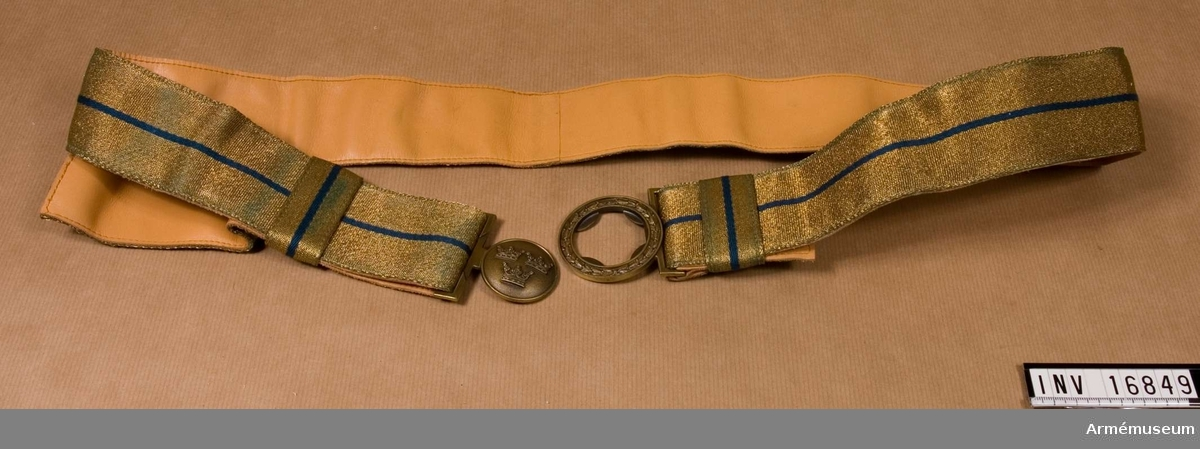 Tillverkat av ljust, bronsfärgad metalltråd och med en rand av blått silke.  Bronsfärgat spänne med tre kronor.  Det är fodrat med ljust skinn. Används till stor och liten parad.