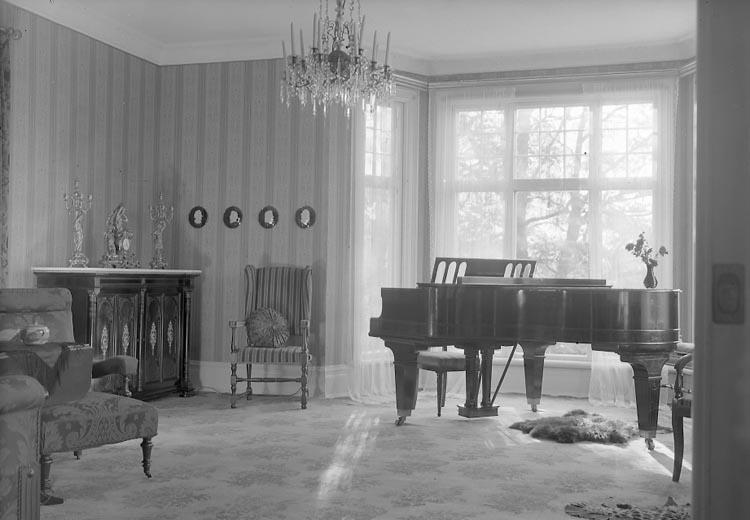"""Enligt fotografens notering: """"D. 24/10 1934 Salongen. Fröken Bruhn Stenungs Pensionat Stenungsund""""."""