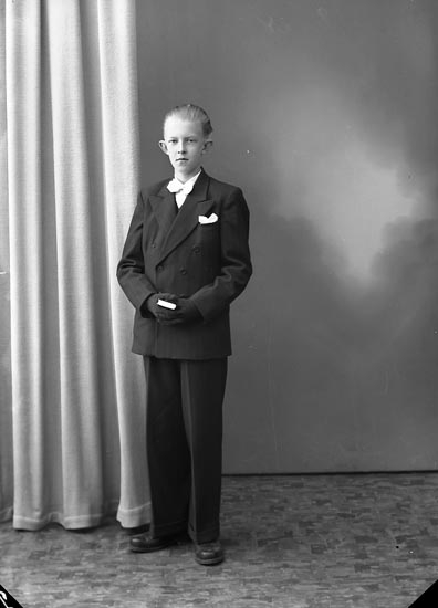 "Enligt fotografens journal nr 8 1951-1957: ""Hansson, Bengt, Panneröd, Svenshögen""."