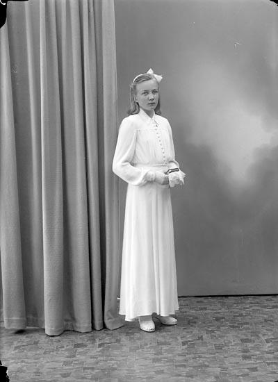 """Enligt fotografens journal nr 7 1944-1950: """"Berntsson, Ellinor St. Askerön Här""""."""