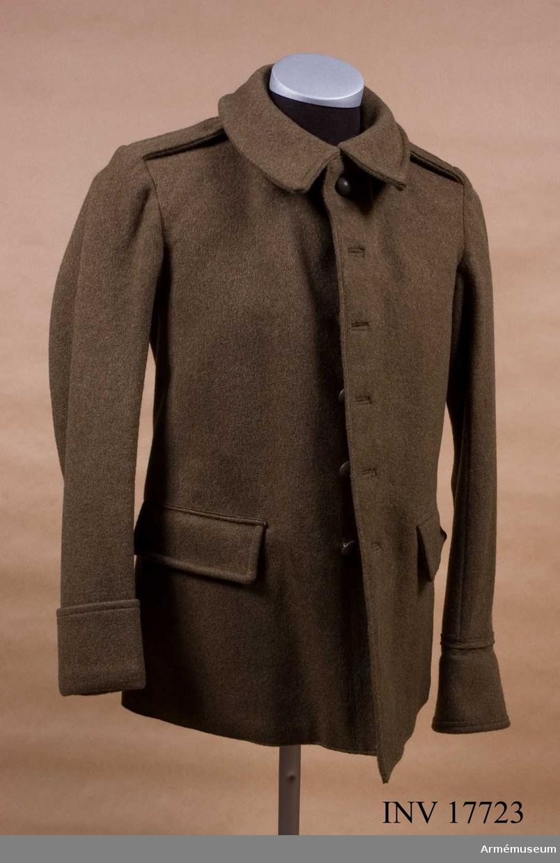 """Grupp C I. Ur uniform m/1935 för manskap, Frankrike: rock, ridbyxa skjorta, halsduk, benlindor, kappa, skor, hjälm, mössa, ränsel, kokkärl, flaska, brödpåse, livrem, gasmask. Vapenrock (fr. vareuse) av kakifärgat kläde, enradig med sex knappar. På båda sidor finns en fastsydd svart järnkrok för livrem, på den vänstra en livremshållare av kläde, med läderfoder och knapp.  Axelklaffar av samma kläde, 4 cm breda med knapphål. De är fastsydda vid ärmsömmarna och med knappar fästade vid rocken. Två raka sidofickor med ficklock. Foder av vitt tyg med två innerfickor och lock som stänges av vita benknappar. På  fodret påskrift: """"90 M""""/ gm och rund stämpel: """"Paris, S.O.G.E. C.O."""",1,1,38. Knappar, sex bruna på bröstet, 2 cm i diameter, av metall med påskrift på baksidan: """"T.W.L.W."""" och """"Paris"""". Vid axelklaffarna två svarta knappar av ben. Kragen är liggande med hyska och hake. Ärmuppslag, h:90 mm och rakskurna.  LITT  Handbuch der Uniformenkunde, Prof. R Knötel, Hamburg 1937. År 1935 infördes i franska armén kakifärgat  kläde till uniformer istället för horisontblå. Snittet var i stort sett det samma som förut, så när som på  att kragen blev något bredare. Les uniformes de l'armée Francaise, Terre, Mer, Air. Texte du Commendant E L Bucquoy, Paris 1935. I förordet står att den kakifärgade uniformen infördes år 1935. Sida 8: Detaljerad beskrivning på vapenrock (vareuse) med tre ritningar. Sida 62, plansch 16, visar franska infanterisoldater i sina vapenrockar, som liknar denna."""