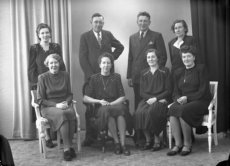 """Enligt fotografens journal nr 7 1944-1950: """"Olsson, Fru Margit syskonen Ödsmål""""."""