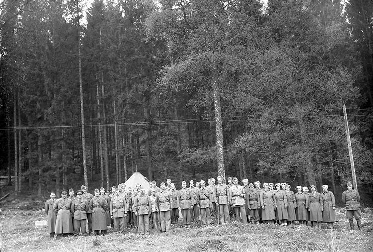 """Enligt fotografens journal nr 7 1944-1950: """"Hemvärnsövning vid Dafinseröd Ucklum""""."""