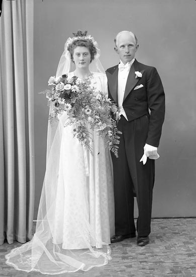 """Enligt fotografens journal nr 7 1944-1950: """"Wilhelmsson, Herr Helge Nordanvindsg. 45 Gbg"""". Enligt fotografens notering: """"D. 14 juni 1947 Brudparet Ingrid Oskarsson Helge Wilhelmsson Nordanvindsg. 4 B Gbg"""