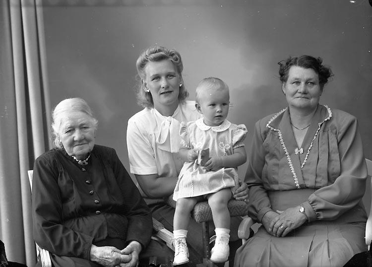 """Enligt fotografens journal nr 7 1944-1950: """"Andreasson, Fru Adeline, Dalhem Här 4 generationer""""."""