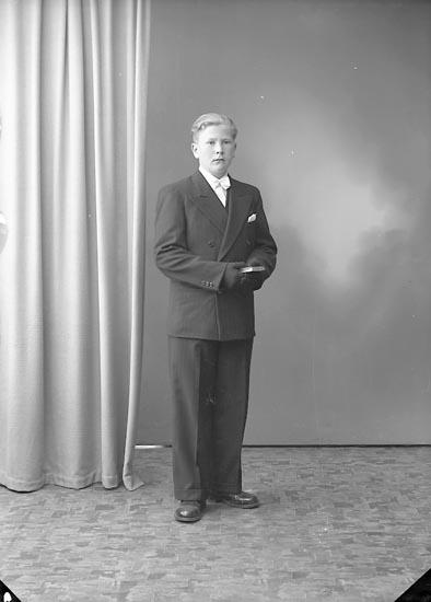 """Enligt fotografens journal nr 7 1944-1950: """"Karlsson, Bo Korsgård Ödsmål""""."""