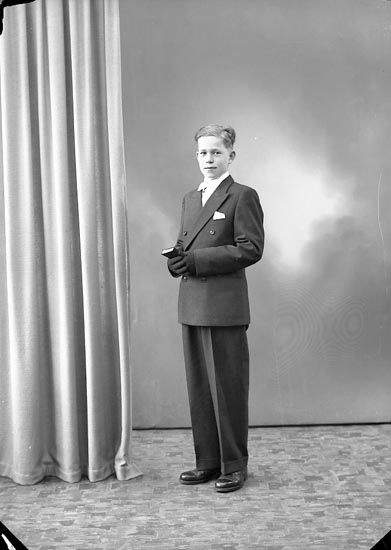 "Enligt fotografens journal nr 7 1944-1950: ""Olsson, Nils Hallerna, Stenungsund""."