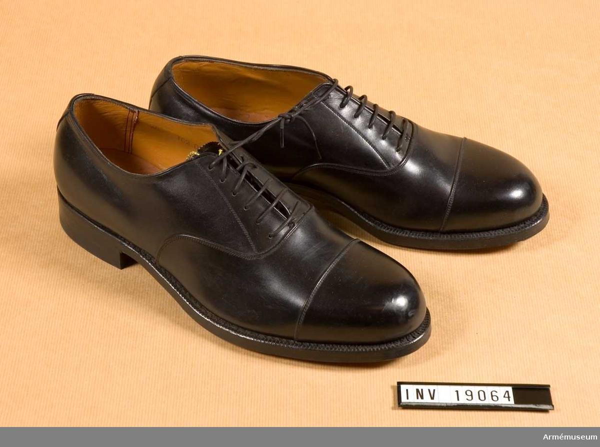 """Av svart läder med tåhätta,och randsydda. Storlek 255 A. Märkta """"Kembels Golden Step SFT"""". Gummiklacken är märkt """"ELG"""". Sulorna har tåjärn."""