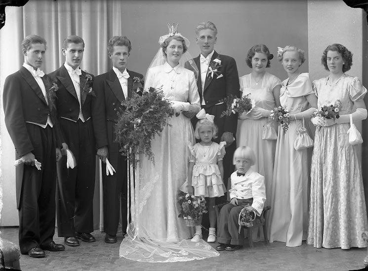 """Enligt fotografens journal nr 7 1944-1950: """"Larsson, Herr Gösta Hjälteby""""."""