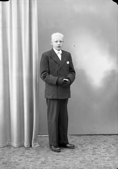 """Enligt fotografens journal nr 7 1944-1950: """"Johnsson, Kurt, Bräcketorp, Spekeröd""""."""