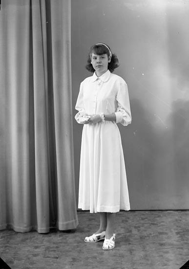 """Enligt fotografens journal nr 8 1951-1957: """"Johansson, Inger, Stripplekärr Ödsmål""""."""
