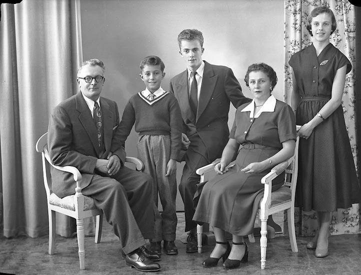 """Enligt fotografens journal nr 8 1951-1957: """"Andersson, Herr Allan m. familj""""."""